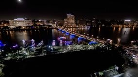 De Timelapsevideo van Kaïro, Egypte toont de rivier van Nijl, de elnile brug van Qasr en het verkeer van auto's en boten stock videobeelden
