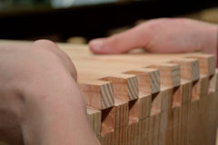 De timmerman gebruikt houten verbindingstechnologie Royalty-vrije Stock Afbeeldingen