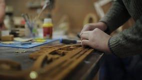 De timmerman maakt loodsen aan houten houder voor medailles vast stock videobeelden