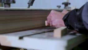 De timmerman poetst en poetst de oppervlakten van de raad op een professionele molen op op stock video