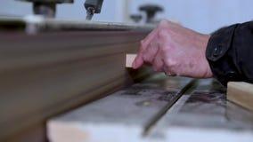 De timmerman poetst en poetst de oppervlakten van de raad op een professionele molen op op stock videobeelden