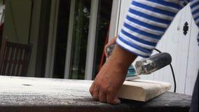 De timmerman poetst houten raad op stock video
