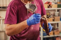 De timmerman schildert houten Stock Afbeeldingen