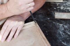 De timmerman werkt met beitel meubilair Stock Foto