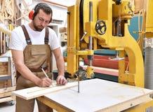 De timmermanswerken in een schrijnwerkerij - workshop voor houtbewerking en sawi stock foto's