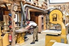 De timmermanswerken in een schrijnwerkerij - workshop voor houtbewerking en sawi royalty-vrije stock foto