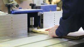 De timmermanswerken voor de machine stock video