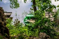In de titelrol - een oude, houten en sjofele boot van lokale ingezetenen royalty-vrije stock foto's