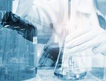 De titratie van de wetenschapperhand met buret en Erlenmeyer-fles, het onderzoek van het wetenschapslaboratorium en ontwikkelings royalty-vrije stock foto