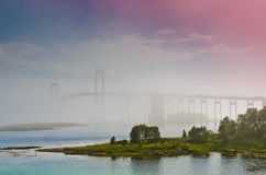 De Tjeldsund-Brug in een mist stock foto