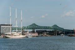 De Tobinbrug in de doctorandus in de letteren van Boston, de V.S. en de Athena 295 voet jacht dokte bij de haven van Boston Royalty-vrije Stock Fotografie