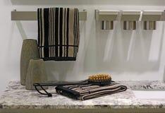 De toebehoren, de borstel en de handdoek van de badkamers op royalty-vrije stock foto