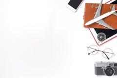 De toebehoren en de gadgets van de wereldreis op wit Stock Foto