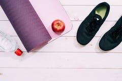 De Toebehoren van damessporten zoals trainersschoenen, domoren, yog Stock Afbeelding