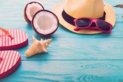 De toebehoren van de de zomermanier op blauwe houten achtergrond Selectieve nadruk Stock Afbeeldingen
