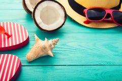 De toebehoren van de de zomermanier op blauwe houten achtergrond Selectieve nadruk Macro Stock Afbeelding