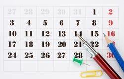 De toebehoren van de school op kalender Stock Foto