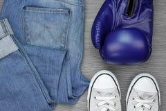 De toebehoren van de sportmens, Mensenmanier, bokshandschoenen, Tennisschoenen stock foto's
