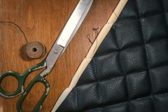 De toebehoren van het leerproducten van de draadschaar en hulpmiddelen, concept traditionele het naaien hoogste mening stock afbeeldingen