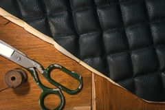 De toebehoren van het leerproducten van de draadschaar en hulpmiddelen, concept traditionele het naaien hoogste mening royalty-vrije stock foto