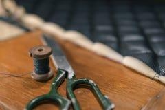 De toebehoren van het leerproducten van de draadschaar en hulpmiddelen, concept traditionele het naaien hoogste mening royalty-vrije stock afbeelding