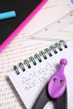 De toebehoren van het oefenboek en van de school Stock Afbeelding