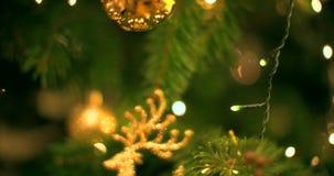 De toebehoren van Knickhandigheden op de Kerstmisboom stock footage