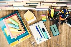 De toebehoren van de schoolkantoorbehoeften - notitieboekje, voorbeeldenboekstapel met plastic houderspotloden, pennen, tellers,  royalty-vrije stock afbeelding