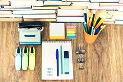 De toebehoren van de schoolkantoorbehoeften - notitieboekje, voorbeeldenboekstapel met plastic houderspotloden, pennen, tellers,  stock foto's