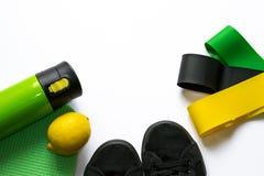 De toebehoren voor opleiding execises en verliezen gewicht op witte achtergrond met copyspace in groene kleuren Concept training, stock foto's