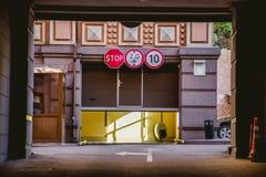 De toegang tot de garage is gesloten stock foto's