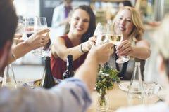 De Toejuichingen die van de vriendenpartij Voedsel van Concept genieten Royalty-vrije Stock Foto's