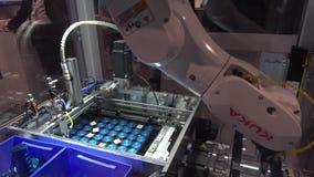 De toekomst van automatisering, de toepassingen van de showcasesdigitalisering voor machine met Kuka-robots op Siemens bevindt zi stock video