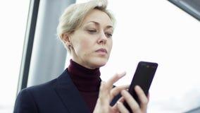 De toekomstige verbinding van mensen door een hologram, een mededeling en het verzenden van belangrijke dossiers, de bedrijfsdame stock video