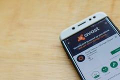 De toepassing van de Avastschoonmaakbeurt dev op Smartphone-het scherm De de opslagreinigingsmachine en Spanningsverhoger zijn fr royalty-vrije stock foto