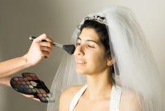 De Toepassing van de make-up op horizontale Bruid - stock fotografie