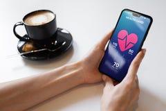 De toepassing van de gezondheidscontrole op smartphone met impuls en slagaderlijke drukcontrole Concept moderne medische technolo royalty-vrije stock afbeelding