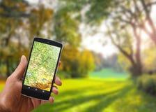 De toepassing van satellietnavigatie op uw telefoon om een routeconcept te vinden reist Stock Foto's