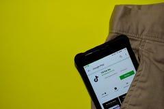 De toepassing van Tiktok lite dev op Smartphone-het scherm Tik Tok is freeware langs ontwikkeld Webbrowser stock foto's