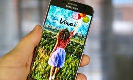 De toepassing van Vkontaktevinci op het scherm van Samsung S7 Stock Fotografie