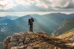 De toerist bekijkt bergen Royalty-vrije Stock Afbeelding