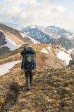 De toerist bekijkt bergen Stock Foto's