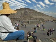De toerist bekijkt de piramide van Teotihuacan Royalty-vrije Stock Afbeelding