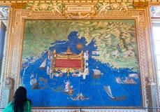 De toerist bekijkt een kaart in de Geografische galerij van het Vatikaan Royalty-vrije Stock Afbeeldingen