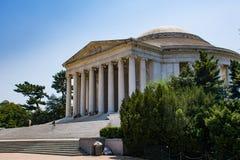 De toerist beklimt de stappen van Jefferson Memorial Stock Afbeeldingen