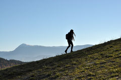 De toerist beklimt tot de bovenkant van de Karpaten Royalty-vrije Stock Fotografie
