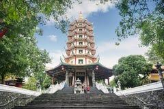 De toerist bevindt zich in de Avalokitesvara-pagode stock afbeeldingen