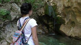 De toerist bewondert de waterval stock video