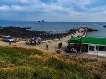 De toerist bezocht Seongaksan-kust, de beroemde kustaandrijving w Stock Fotografie