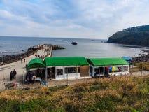 De toerist bezocht Seongaksan-kust, de beroemde kustaandrijving w Royalty-vrije Stock Foto's